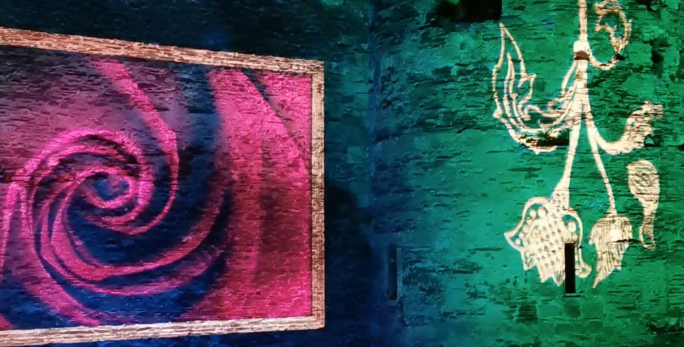 Projection de la thématique Rosier sur les murs du château d'Angers